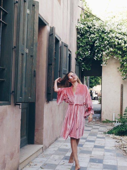 היינו יכולים ללבוש את החלוק הזה גם ביומיום לא רק בליל הכלולות | אתר SHINY & LOVERS | צילום: מתוך האתר