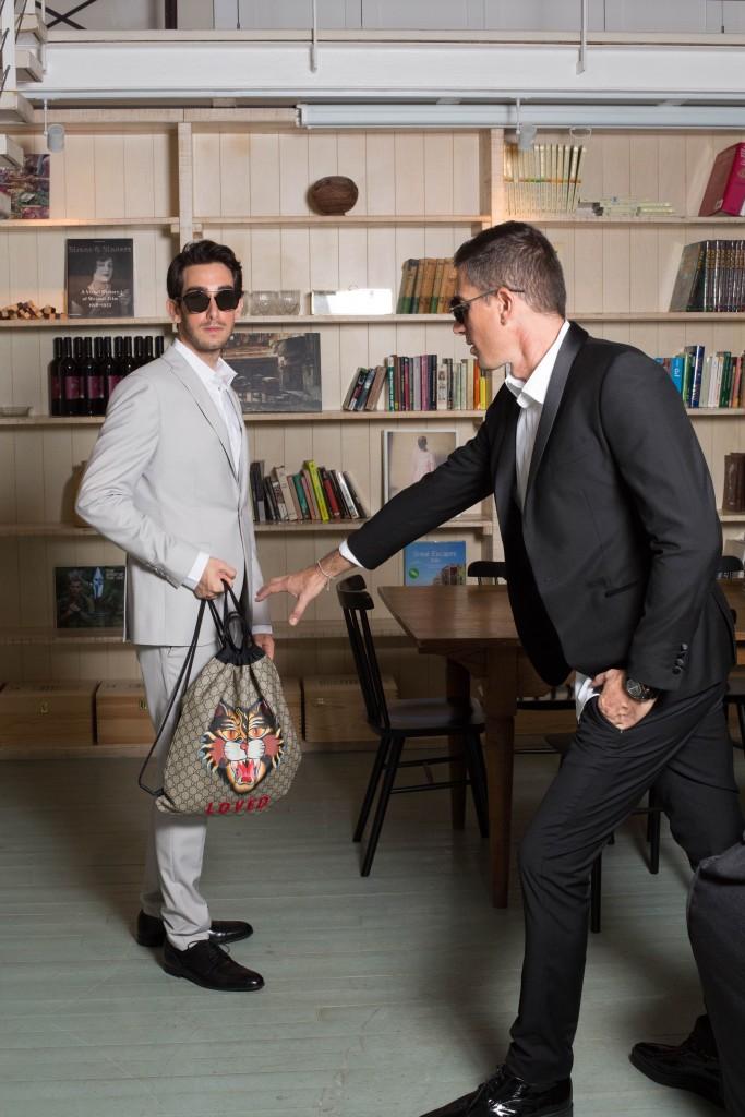 חולצה וחליפה: באמוס סקוור נעליים ותרמיל גב:GUCCI משקפיים:  DIOR - EYE SOCIAETY שחר:  IZAK MENS WEAR חליפה ונעליים:באמוס סקוור שעון: EMBOSS צמיד: TOMAS SABOO