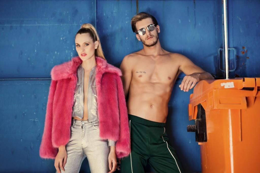 אור: מכנס- פול אנד בר, משקפיים- Vintage Original  | תמר: ג'ינס כסוף- זארה, ג'קט- נובוריש דוג, מעיל פרווה- טופשופ