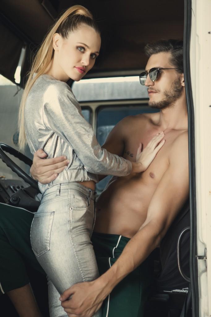 אור: מכנס- פול אנד בר, משקפיים- Vintage Original  | תמר: ג'ינס כסוף- זארה, ג'קט- נובוריש דוג