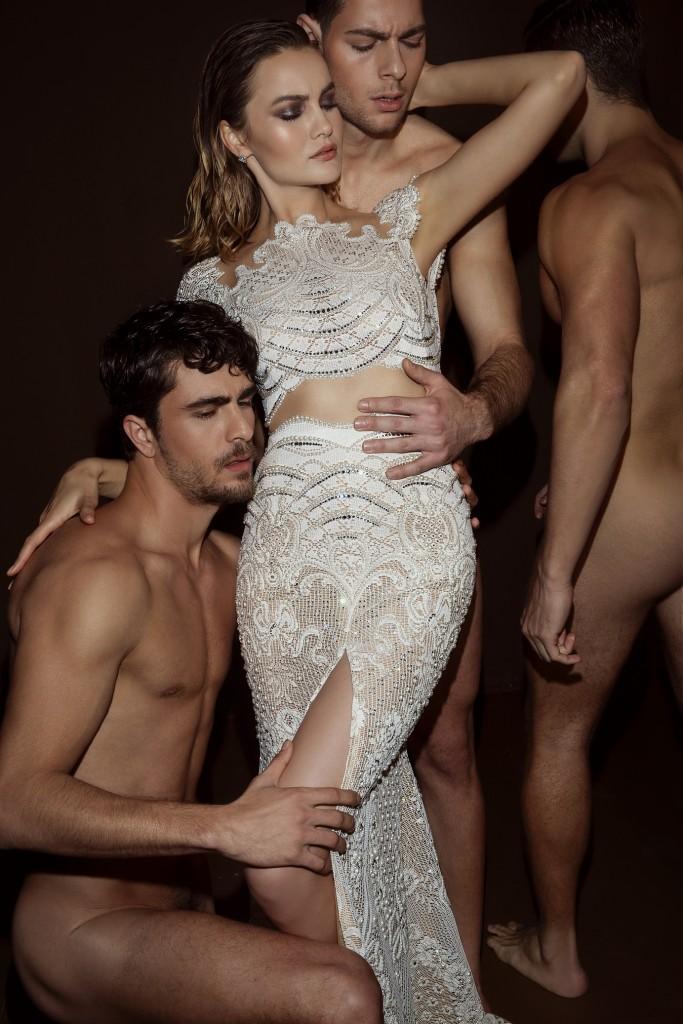 קמפיין שעורר תגובות הכלה במרכז הבמה ולצידה גברים עירומים בדיוק כמו אדם וחווה | צילום: דביר כחלון
