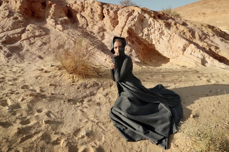 60 שנה למעיל מדבר האייקוני של בית האופנה משכית