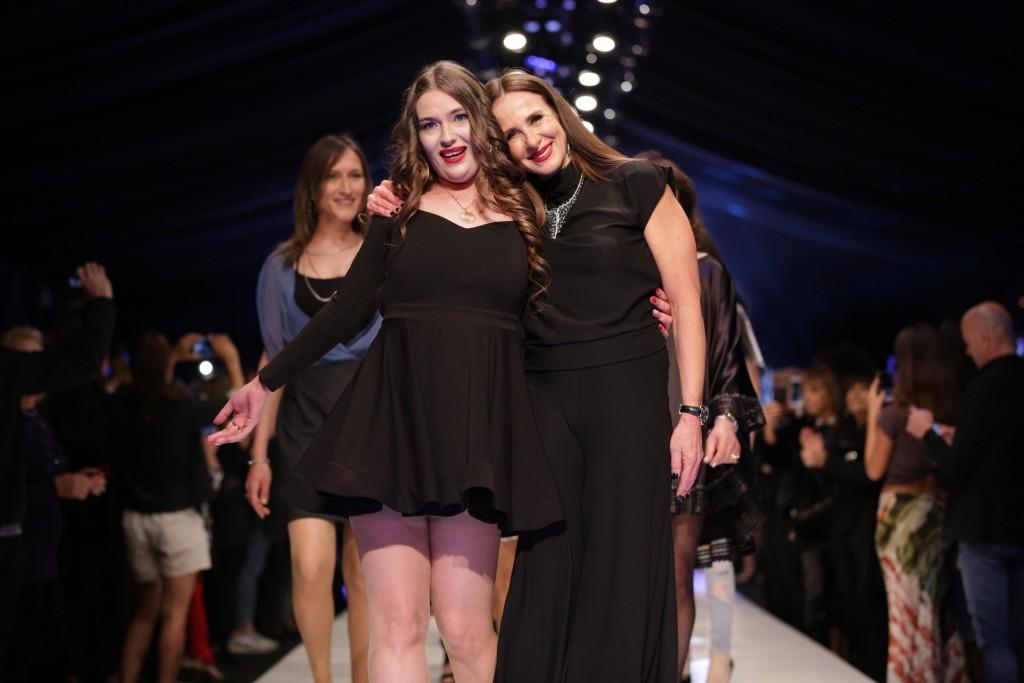 לאה שנירר והמעצבת סופיה | שבוע האופנה תל אביב 2018 | צילום: אבי ולדמן