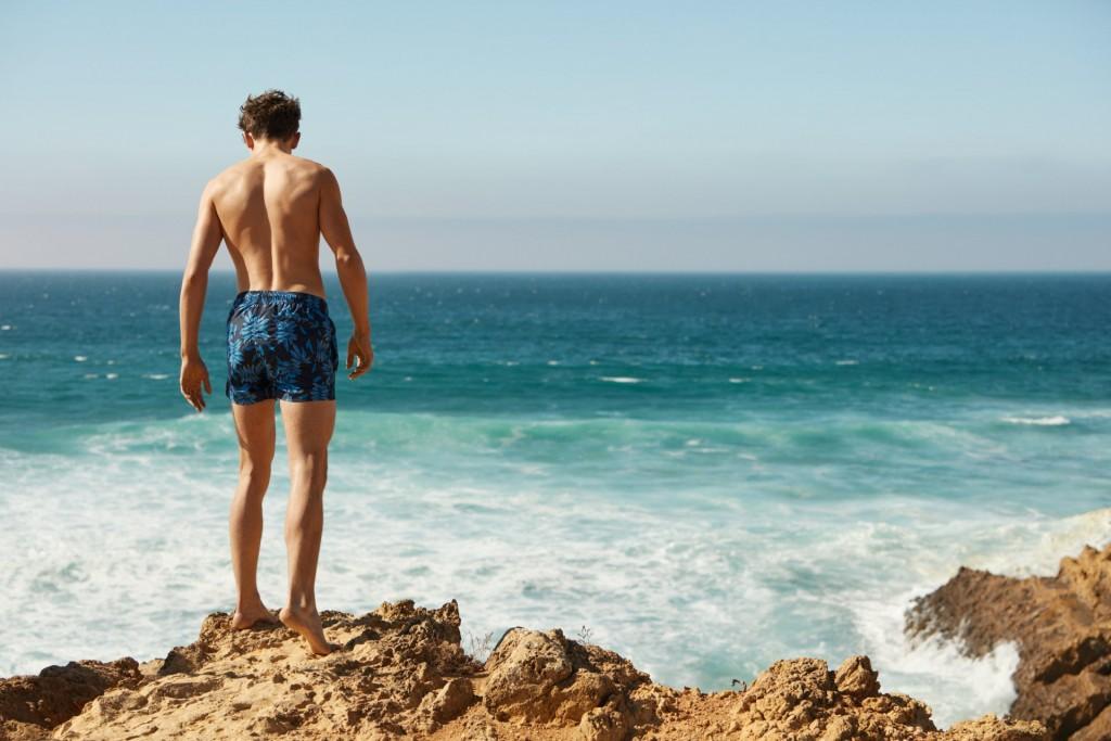 קולקציה אקסקלוסיבית רחבה ומגוונת של בגדי ים לגברים בהשראת החיים הרגועים שבמועדוני החופים והיאכטות ברחבי העולם
