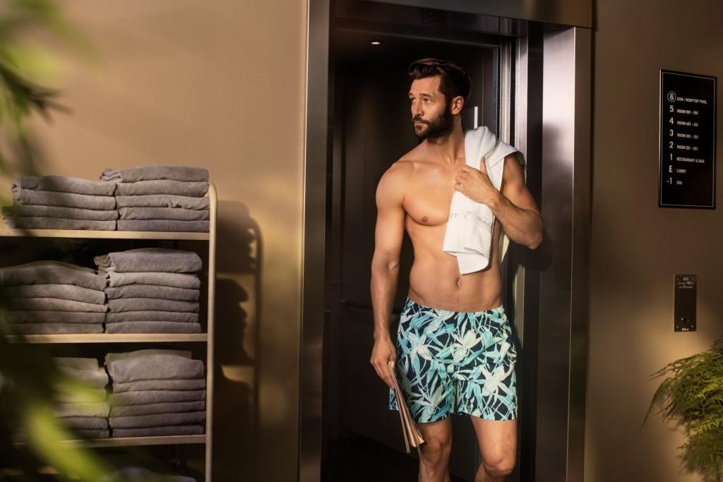 בקולקציה מגוון מכנסי בגד ים ארוכים וקצרים בצבעוניות נקייה, קלילה המתאימה לעונת הקיץ בישראל