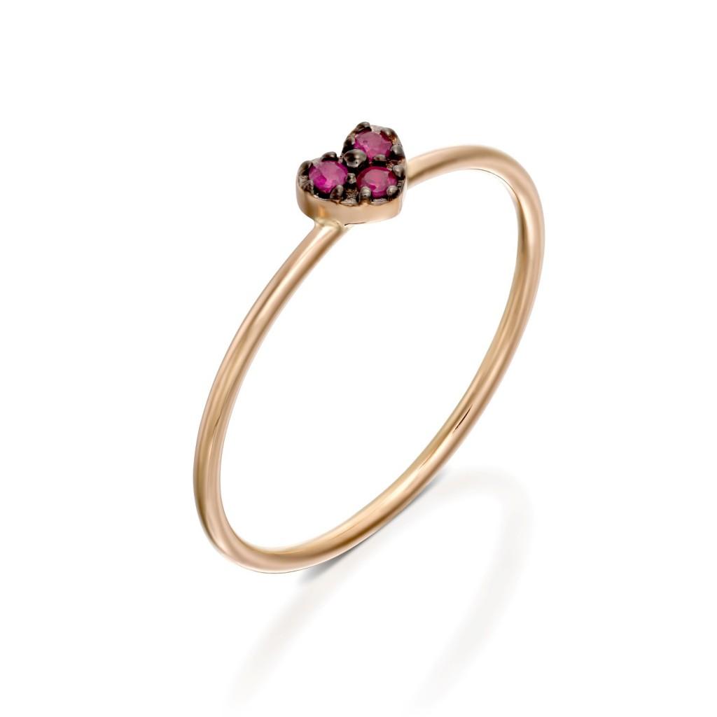 """זה כל כך עדין ועדיין אומר כל כך הרבה / טבעת לב זהב טהור בשילוב אבני רובי 1,190ש""""ח / תכשיטי מילר/ צילום: לטלייר"""