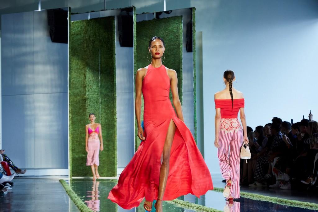 המראה החדש של מייבלין ניו-יורק לוקח את השפתיים צעד אחד קדימה ויוצר  מראה רענן של יופי על ידי גות'אם על שגרירות המותג: אדריאנה לימה, ג'יג'י חדיד, הריית 'פול וכריס אורנה / מייבלין משיקה את המראה החדש בשבוע האופנה בניו יורק 2019