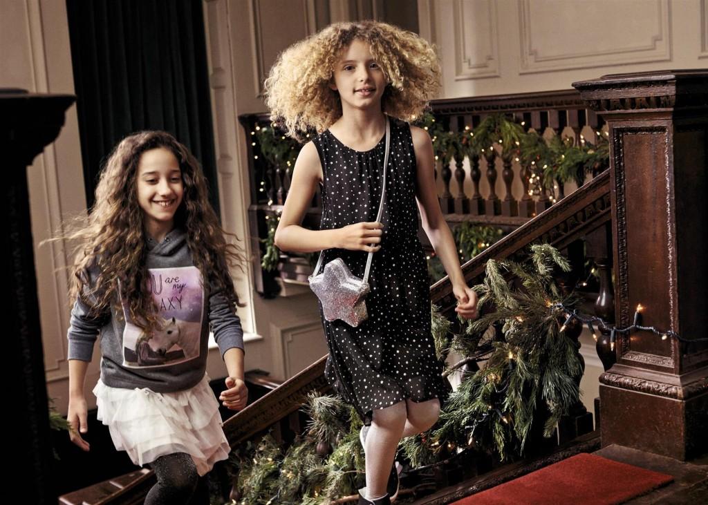 בגדי הילדים עוצבו ברוח סיפורי אגדות בהשראת היער הקסום ומלאים ביצורים דמיוניים ובעיטורי מתכת מנצנצים / H&M HOLIDAY צילום: הנס מוריץ