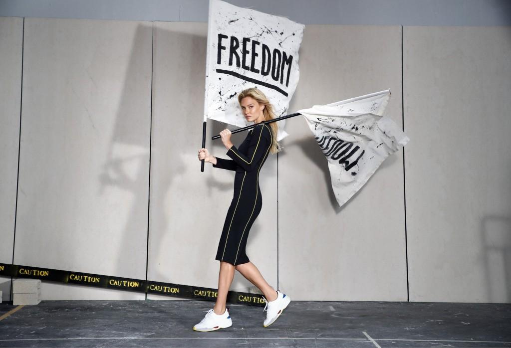 הקולקציה הנושאת הכותרת YOUNG היא מחווה לקהל הרשת הנאמן. הדגמים מאופיינים בקווים אקטיביים ובפרטי לבוש מאופנת הרחוב הבועטת.