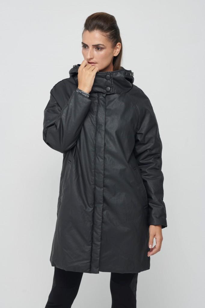 מעיל הגשם בעיצובה מדויק בגזרתו ובחומר הגלם | קולקציית קפסולה של סיגל דקל ל''קרייזי ליין'' | צילום: דדי אליאס