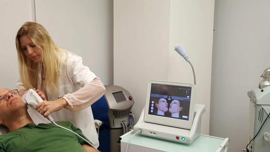 """ד""""ר להבית אקרמן משיקה בישראל את הטכנולוגיה פורצת הדרך של Ultherapy המבוססת על אנרגיית גלי אולטרסאונד ממוקדים, בה מטפלים בדרך כלל מנתחים פלסטיים במהלך הניתוחים האסתטיים וזאת לראשונה ללא שום חתך או פגיעה כלשהי בשטחי העור. הידוק צוואר בשיטת"""