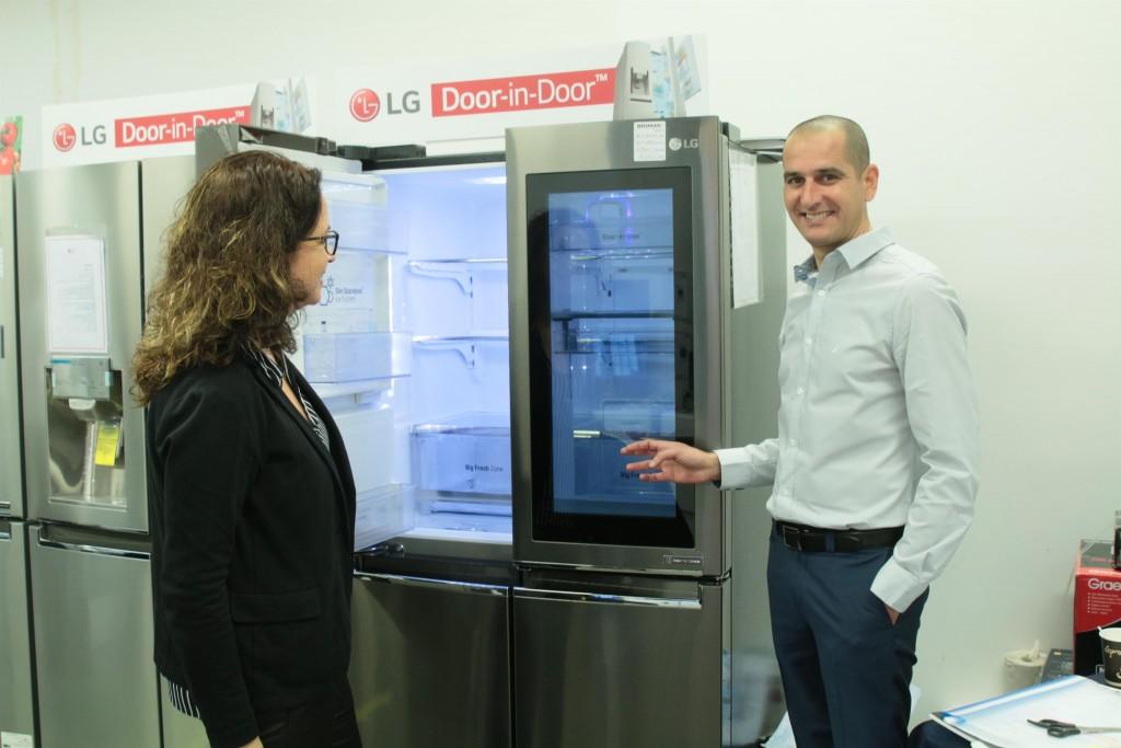 מימין פיני כהן ואילנית גריוביץ ברגר עם המקרר החדש שלה / צילום: סטודיו אלד