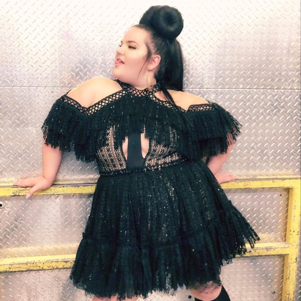 נטע ברזילי בהופעה בשמלה של דרור קונטנטו / צילום: יחצ